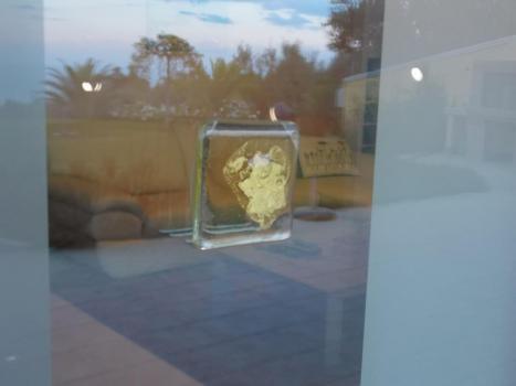 Вставки на входной двери с золотом.