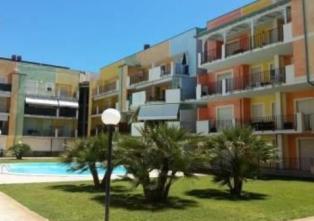Bilocale con grande terrazza di 80 m dal mare in un complesso con piscina.
