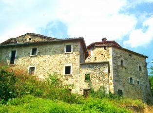 Продается старинный замок в живописнейшем месте в Италии.