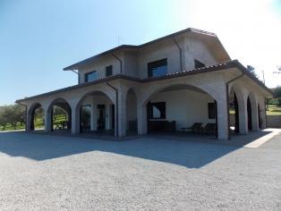 Villa in stile Hi-Tek minimal, circondato da un uliveto, un vigneto con una bellissima vista sul mare