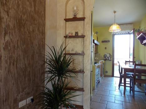 Вид из зала на кухню
