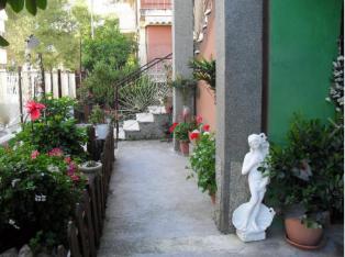 Сдается однокомнатная квартира с садиком и территорией для отдыха