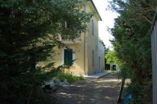 Дом площадью 250 кв м с участком земли.