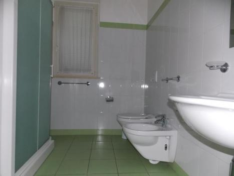 Ванная комната с окном и душевой кабиной