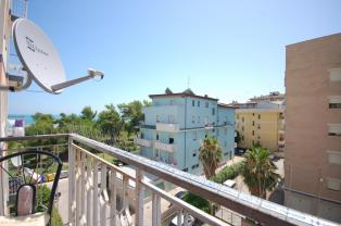 sunny apartment 6 beds-50 meters from the sea.