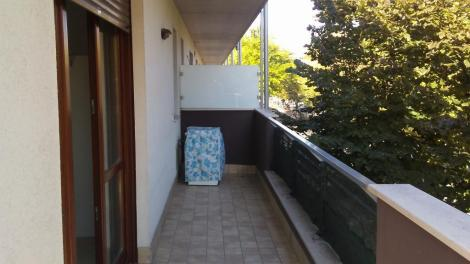 Balcone con lavatrice.