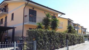 Новая квартира в спокойном районе Виареджо с садом и парковкой на побережье Лигурийского моря, Тоскана, Италия.