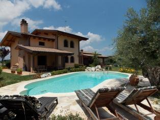 Prestigiosa villa con piscina a 7 km dal mare a Pescara
