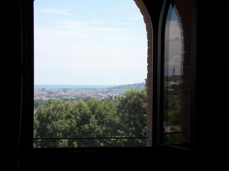 Панорамный вид на море из окна спальни